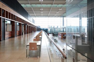 Zwischenebene überhalb des Chek-Ins für Büros der Airlines: Kundenbetreuung