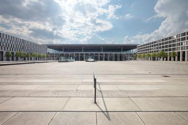 Landseits: Blick auf Terminal 1. Links ein Hotel, rechts Verwaltung. Terminal 2 liegt rechts