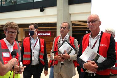 Von links: Flughafenchef Engelbert Lütke Daldrup, Maskierter Mensch, Hubert Nienhoff und Hans-Joachim Paap; erläutern Wesen und werden eines irgendwie gescheiterten Bauwerks