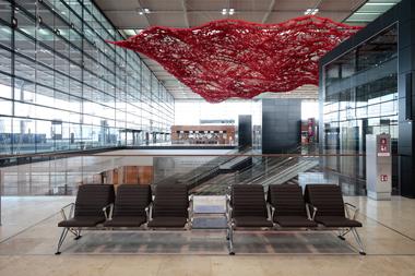 """Kunst am Bau: """"The Magic Carpet"""" der kalifornischen Künstlerin Pae White (der rote Teppich soll auch Orientierung geben)"""
