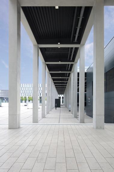 Wunderbar klassisch: Der Übergang vom weiten Platz ins Gebäude überfolgt über eine Kolonnade, auf der die Vorfahrt für den automobilisierten Reisenden gelagert ist