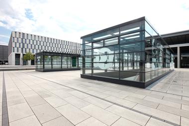 Flucht- und Ein- sowie Ausgänge des Tiefbahnhofs, der auch ICE-Verbindungen anbietet
