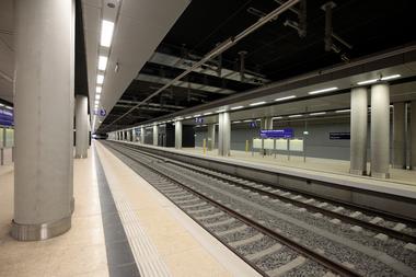 Ein Bahningenieurbau, der U-Bahnhof unter dem Flughafen. gmp konnten die ursprünglich allein auf Lastverarbeitung dimensionierten Quadratstützen in zwei Rundstützen verwandeln. Ob das schöner ist?