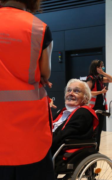 85-jährig aber mit dabei: Meinhard von Gerkan hat es sich nicht nehmen lassen, die Führung zu begleiten und auch ein paar deutliche Worte zu sagen