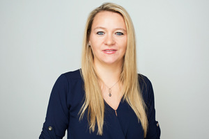 Jacqueline Koch führte das Interview für die DBZ. Sie ist Dipl.-Volkswirtschaftlerin und freie Journalistin aus Scharbeutz. Sie ist spezialisiert auf Architektur, Bau, Intelligentes Wohnen und Erneuerbare Energien