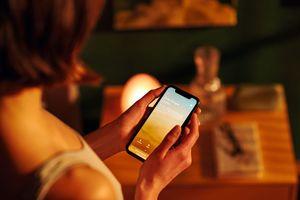 Per Smartphone und App das gewünschte Duschprogramm starten, das ist möglich bei RainTunes