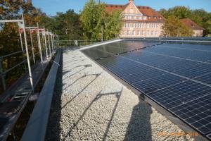 Die Photovoltaikanlage auf dem Sheddach erzeugt genügend regenerativen Strom, um das Ziel des Nullenergie-Status zu realisieren
