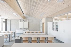Die Betonbauweise von Fundament, Bodenplatte sowie Wänden und Decken des Hanggeschosses (763m³) wird zum Teil kompensiert durch die Holzbauweise von Dach und Außenwänden des Erdgeschosses. Das gesamte Holzvolumen entspricht 174m³. Nach der Ökobilanz werden dadurch ca. 97t CO<sub>2 </sub>gebunden