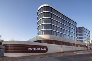 Insgesamt 770m² Fensterfläche und 3400m² Glasfassade von heroal wurden in Kotelna Park II verbaut. Die Wahl ist auf das Fenstersystem heroal W 72 gefallen. Die Fassade wurde durch die Lüftungsklappen heroal W 72 VF ergänzt. Sie lassen sich nutzerunabhängig öffnen und schließen. Das Fassadensystem heroal C 50 HI überzeugt bei der Belüftung, Wärmedämmung und Dichtung mit sehr guten Werten. Die Pfosten-Riegel-Fassade ist im Radius angelegt, sodass sie leicht gewölbt ist