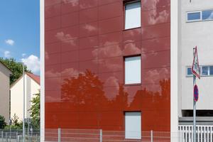 Die mit der Systemlösung LithoFix Glassic PV von Lithodecor ausgeführte BiPV-Glasfassade des Labenwolf-Gymnasiums in Nürnberg überzeugt optisch und trägt zur Energieversorgung der Schule bei