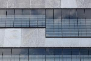 Ein stimmiges Bild nach außen: Die thermische Hülle der Fassade liegt 20cm hinter der Prallscheibe, die dadurch unabhängig von der inneren Fassade ist