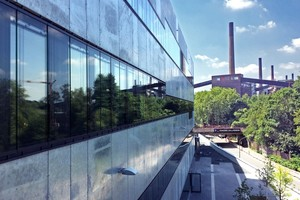 Auf dem Gelände der ehemaligen Zeche Zollverein: Die Fassade der Folkwang Universität der Künste in Essen geht mit seiner bündigen und rauen Fassadengestaltung auf die benachbarte Industriearchitektur ein