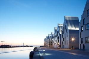 Nachhaltigkeit war ein Thema bei der Entwicklung des modernen Quartiers Grand Large in Dünkirchen/FR. Die Fassaden bilden mit ihrem prägnanten Look einen Eyecatcher am Quai (Giebelwohnhäuser am Quai de la Cunette, Dunkerque ZAC Grand Large/FR, Architekten: ANMA/Agence Nicolas Michelin & Associés
