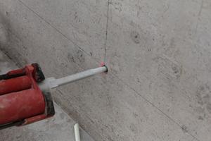 Fünf bis sechs Schöck Isolink Anker pro m² verbinden die Vorsatzschalen mit den Deckenelementen. Die Anker aus Glasfaserverbundwerkstoff sorgen für eine thermische Trennung in der kerngedämmten Betonfassade. Die Wärmeleitfähigkeit liegt bei λ<sub>eq</sub> 0,7W/(mK) und ist Edelstahl (λ<sub>eq</sub> 15 W/(mK)) damit deutlich überlegen. Der Isolink von Schöck Bauteile erfüllt auf diese Weise die Anforderungen der EnEV und ermöglicht darüber hinaus eine wärmebrückenfreie Wandkonstruktion