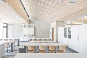 Fachklassentrakt Schubart-Gymnasium, Aalen Die Betonbauweise von Fundament, Bodenplatte sowie Wänden und Decken des Hanggeschosses (763m³) wird zum Teil kompensiert durch die Holzbauweise von Dach und Außenwänden des Erdgeschosses. Das gesamte Holzvolumen entspricht 174m³. Nach der Ökobilanz werden dadurch ca. 97t CO2 gebunden