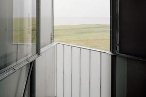 Auf der obersten Turmebene lassen sich die geschlossenen Elemente zur<br />Vogelbeobachtung wegschieben