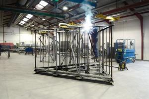 Die einzelnen Elemente wurden im Werk vorgefertigt. Die vertikalen Gitter mit relativ engstehenden, sehr schmalen Stahlstäben dienen gleichzeitig als Absturzsicherung und der Aufnahme von Druckkräften