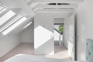 Das Elternschlafzimmer unter dem doppelt gedämmten Dach mit Blick bis zum freigelegten First