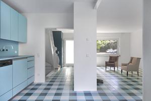 Die Einbauküche in Blautönen, Blick zum Hauseingang und Treppenaufgang am<br />Gäste-WC