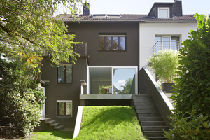 Die Anböschung zur Terrasse erlaubt das Entfernen der Absturzsicherung und damit den freien Raumfluss im EG