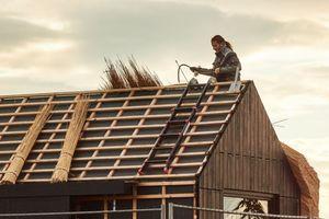 Bauen mit nachwachsende Rohstoffen: Wissenschaftlicher Mitarbeiter Jano Knopp deckt das Dach mit Riesenchinaschilf