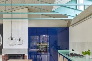 Der Ringanker funktioniert auf der Länge der Gaube zusätzlich als Richtungsgeber für die darunter angebrachte Küchenbeleuchtung