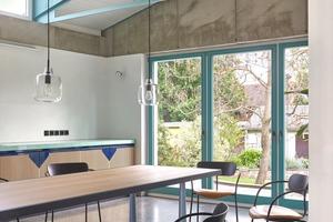 Foto links: Während der Verlegung des Terrazzobodens fiel dem Architektenduo auf, dass man das Bodenmaterial auch die Stufen hinaufführen lassen könnteFoto rechts: Alles ist von den Architekten selbst entworfen – nur die Stühle sind beim Hersteller bestellt worden