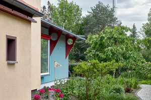 Der neue Anbau dockt mit dem flachen Satteldach an das bestehende Wohnhaus an