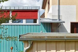 Das bestehende Wohnhaus wird noch saniert – auch von Meier Unger Architekten. Der offensichtlich noch nicht fertige verputzte Übergang von Wohnhaus zum Anbau verrät es. Lena Unger und Jan Meier nutzten diesen Zwischenstand, um das Zusammenfügen von Bestand und Neubau mit unterschiedlichen Farben und Putzen auszuprobieren