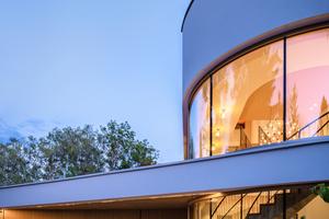 Ganz nach den Vorstellungen der ArchitektInnen fügt sich das individuell gefertigte Garagentor harmonisch in die umgebende Fassade ein. Es greift mit seiner Holzauflage das Material sämtlicher Gestaltungselemente des Wohnhauses auf und ergänzt das architektonische Gesamtkonzept optimal