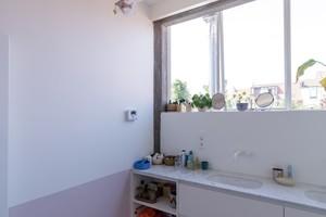 Das Badezimmer im 1. Obergeschoss über dem Wohnbereich – von hier aus blickt man in der Garten