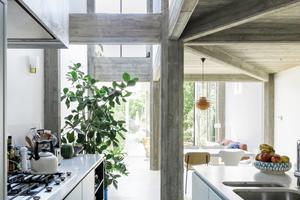 Die Küche befindet sich im Zentrum der neu organisierten Räume im Erdgeschoss, zwischen Eingangsbereich, der Treppe und dem Lounge-bereich. Durch die doppelte Geschosshöhe ergibt sich auch eine Verbindung zum Arbeitsbereich im 1. Obergeschoss