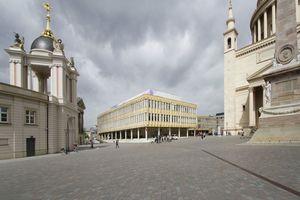 In der Mitte schön? Mitteschön sagt nein zur FH und hofft auf historisierende Fassaden der neuen Häuser dort, wo einmal DDR-Architektur gestanden hat (wo sie auf diesem Foto noch steht)