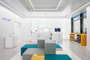 """Gestalterisch und ergonomisch unterstützt wird das Setting im Kundenzentrum von den Wilkhahn-Stühlen AT und Occo, deren Designkonzept und Farbigkeit mit dem Gesamtkonzept harmoniert. Für die Beraterarbeitsplätze wählten die Architekten den Free-to-Move-Stuhl AT mit seiner patentierten dreidimensionalen Bewegungsmechanik. In der Kundenhalle sind an den Arbeitsplätzen AT-Counterstühle ein-gesetzt und als """"Gegenüberstühle"""" Occo-Barhocker"""