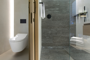Ausgestattet sind die Bäder mit hochwertigen Dusch-WCs (WASHLET™) des japanischen Komplettbad-Anbieters TOTO. Neben der Hygiene, dem Kernthema des Unternehmens, hat auch die Nachhaltigkeit einen hohen Stellenwert in der Firmenphilosophie. Hotels zählen gegenwärtig zu den hygienesensiblen Einrichtungen und müssen besondere Vorsichtsmaßnahmen treffen. Im Paradiso Pure.Living können die Gäste erleben, dass es gelingt, speziell im Badezimmer sehr diskret ein hygienisches Umfeld zu schaffen