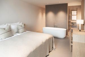 In allen 42 Gästezimmern sind die Übergänge der einzelnen Bereiche fließend, vom Bad über das Bett zur privaten Loggia