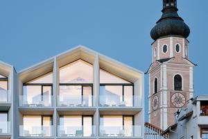 Der Generationenwechsel war Grund für einen Neustart, der sich auch in der Architektur widerspiegeln sollte. Mit Peter Pichler fand der Bauherr einen Architekten, der dem Hotel innen und außen ein neues Gesicht gab, das sich harmonisch in die Umgebung einfügt. Der gesamte Umbau dauerte nur vier Monate