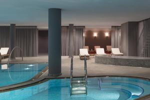 Der Indoorpoolbereich im Untergeschoss bietet einen Massagepool und ein Schwimmbecken