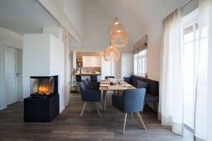 Die Ausstattung der 110 bis 220 m² großen Häuser befindet sich auf 5-Sterne Niveau. Höchste Qualität und Design verspricht auch der Türgriff Verona ER37 von KARCHER DESIGN auf 3-teiliger Rosette. Durch seine schlichte Eleganz passt der Edelstahltürgriff perfekt zur luxuriösen Einrichtung der Reethäuser