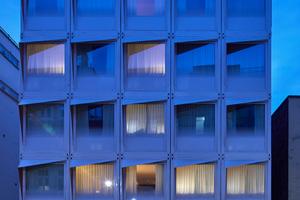30-Fuß-Schiffscontainer sind hier, übereinander und nebeneinander gestellt, ein Hotel, das die Anforderungen nach Einfachheit, Robustheit und Flexibilität erfüllt