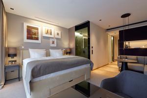 In den Gästezimmern bieten große Fenster mit breiten Fensterbänken die Möglichkeit zu sitzen und die Ausblicke zu genießen. Wer nachts ins Bad muss, der wird mit einer bodennahen Beleuchtung, die von einem Bewegungsmelder ausgelöst wird, dorthin geleitet