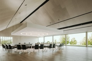 Der große Festsaal lässt sich multifunktional nutzen. Das gewaltige Deckensegel kann je nach gewünschter Akustik auf unterschiedliche Höhen eingestellt werden – so sind Reden oder Besprechungen ohne Mikrofon gut zu hören