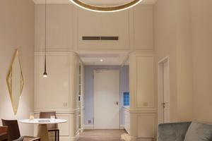 Das Hotel bietet sieben Zimmerkatagorien an, für die über 90 Zimmertypen entwickelt werden mussten. Die Innenarchitekten griffen dabei vorhandene Elemente auf und kombinierten sie mit zeitgemäßen Möbeln und moderner Technik