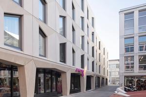 Die Hotelkette Marriott als Mieterin verwirklichte in dem Gebäude von localarchitecture ihre erste Schweizer Depencance der Moxy-Linie. Das Volumen erhebt sich auf vier bis fünf Geschossen und nutzt die Grundrissfläche voll aus