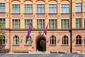 In der ehemaligen Baubehörde Hamburgs mit ihrer beeindruckenden Backsteinfassade befindet sich heute das Hotel TORTUE