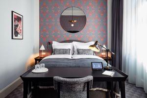 Das Gästezimmer: smarte Thermostate, Lichtszenen, die für verschiedene Zwecke abgerufen werden können und das Suitepad, das mit der Rezeption verbindet