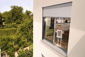 VisioNeo schützt bei bodentiefen Fenstern als fest integrierte Glasscheibe dezent vor Sturzgefahr und ist mit der neuen Fenster-Markise mit easyZIP-Führung kombinierbar.