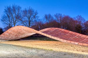Fertige Konstruktion einer mehrfach gekrümmten Tragschale aus Ziegelmauerwerk