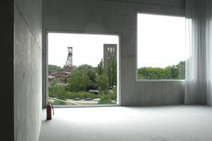 Innen pure Architektur mit Blick auf ebensolche