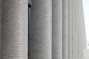 22m hohe Pilaster prägen die Nordansicht des Museums, gliedern die Fassade und verhindern den direkten Sonneneinfall. Durch zahlreiche Versuchsbrände fanden alle am Bau Beteiligten schließlich die richtige Oberflächenstruktur und Farbe der Klinker. Die vom Röben Planungservice bis ins Detail ausgearbeiteten, jeweils nur 24 cm dicken und erdbebensicher geplanten Fertigteilpilaster wurden mit rund 5700m² Keramik-Klinkerriemchen gefertigt. Insgesamt wurden 338 Fertigteil-Elemente in einer Breite von 1,50 bis 4,50m und einer Höhe von 2,0 bis 6,7m produziert. Zusätzlich wurden 145 Fertigteilstürze und Fensterbänke sowie 237 Attikaabdeckungen auf die Baustelle geliefert